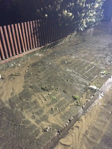 Das Wasser quillt aus dem Boden und drückt die Pflastersteine hoch.
